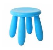 Oude baby blauwe plastic die kruk op wit wordt geïsoleerd Stock Foto