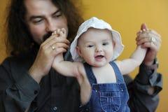 Oude babymeisje lachen het van drie maanden Stock Foto