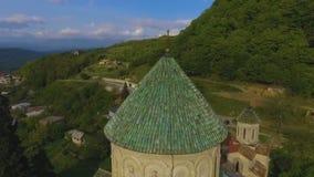 Oude Bagrati-Kathedraal in Kutaisi, godsdienstig oriëntatiepunt van Georgië, architectuur stock video