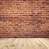 Oude baksteen en houten de ruimte van het vloerperspectief binnenlandse wi als achtergrond Stock Foto