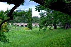 Oude baksteenbrug in het midden van het park Stock Afbeeldingen