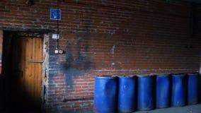 Oude baksteengarage op de binnenkant voorraad Grote productiegarage stock footage