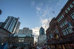 Oude baksteengebouwen en bedrijfswolkenkrabbers op Rue Sainte Catherine Street, de belangrijkste slagader van Montreal stock foto