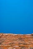 Oude bakstenen muur blauwe hemel Stock Afbeeldingen