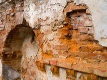 Oude bakstenen muur die van antiquiteit instorten royalty-vrije stock afbeeldingen