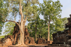 Oude bakstenen muur, een deel van boeddhistische ruïnes Stock Afbeeldingen