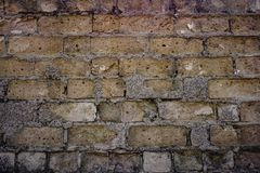 Oude bakstenen muur en ontbrekende bakstenen in ru?nes stock afbeeldingen