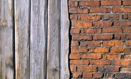 Oude bakstenen muur en Raad Stock Afbeelding