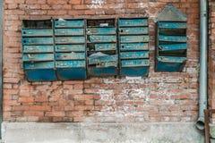Oude bakstenen muur met antieke brievenbussen royalty-vrije stock afbeelding