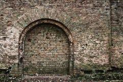 Oude bakstenen muur met boog Royalty-vrije Stock Foto's