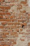 Oude bakstenen muur met cementloopvlak royalty-vrije stock afbeeldingen
