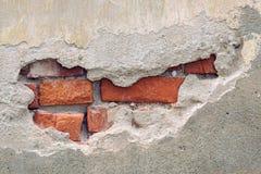 Oude bakstenen muur met gebarsten gipspleisterlaag Royalty-vrije Stock Afbeelding
