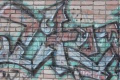 Oude bakstenen muur met graffiti royalty-vrije stock fotografie