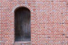 Oude bakstenen muur met houten deur Royalty-vrije Stock Afbeelding
