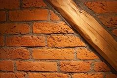 Oude bakstenen muur met houten dwarsbalk Royalty-vrije Stock Foto