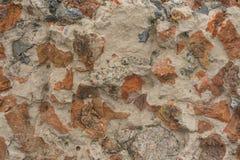 Oude bakstenen muur met pleister stock foto's