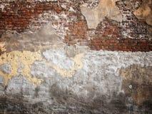 Oude bakstenen muur met schilpleister, donkere achtergrond voor ontwerp Stock Afbeeldingen