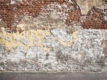 Oude bakstenen muur met schilpleister, donkere achtergrond voor ontwerp Royalty-vrije Stock Fotografie