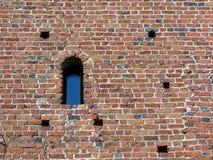 Oude bakstenen muur met venster stock afbeeldingen