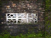 Oude Bakstenen muur met Venster Royalty-vrije Stock Afbeeldingen