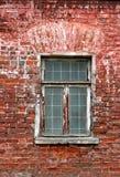 Oude bakstenen muur met vensterachtergrond Stock Afbeelding