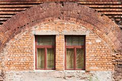Oude bakstenen muur met vensters royalty-vrije stock fotografie