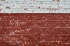 Oude bakstenen muur met witte verf op bovenkant Stock Afbeelding