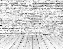 Oude bakstenen muur op houten vloer Royalty-vrije Stock Foto's