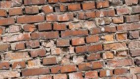 Oude bakstenen muuromwenteling Het rotten en de vernietiging van het rode huis dicht omhoog stock videobeelden