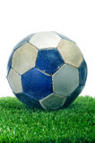 Oude bal op het gras Stock Fotografie