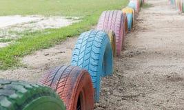 Oude banden met kleurrijke verf op een speelplaats, selectieve nadruk Stock Afbeelding