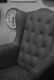 Oude bank en klok zwart-witte kleur Royalty-vrije Stock Foto's