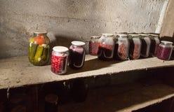 Oude bank met jam in de kelderverdieping in dark Stock Afbeeldingen