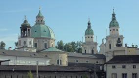 Oude barokke kathedraal in de stad van Salzburg, Oostenrijk, zijaanzicht op koepel en torens stock videobeelden