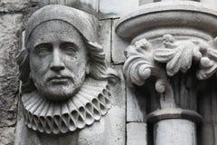 Oude bas-hulp die van steen in Christelijke Kerk wordt gemaakt Stock Afbeeldingen
