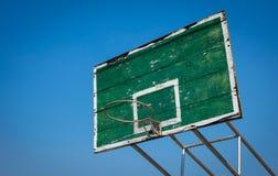 Oude Basketbalhoepel en rugplank tegen duidelijke blauwe hemel stock fotografie