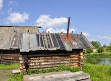 Oude bathhouse op de rivierbank royalty-vrije stock afbeelding