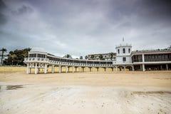 Oude bathhouse op strand in Cadiz, Spanje royalty-vrije stock afbeeldingen