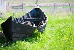 Oude beboste boot op de kust Stock Foto's