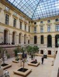 Oude beeldhouwwerken in de binnenzaal van Louvremuseum Parijs Frankrijk royalty-vrije stock fotografie