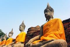 Oude beeldhouwwerken van Boedha in de oude tempel van Wat Yai Chaimongkol in Ayutthaya, Thailand stock afbeeldingen