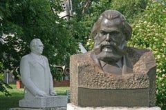 Oude beeldhouwwerken van Karl Marx en Leonid Brezhnev in Muzeon Art Park (Gevallen Monumentenpark) in Moskou royalty-vrije stock fotografie