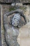 Oude beeldhouwwerkhelling tegen de muur Royalty-vrije Stock Afbeelding