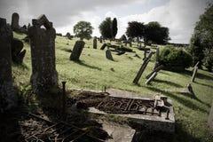 Oude begraafplaats met gebogen grafstenen Stock Afbeelding