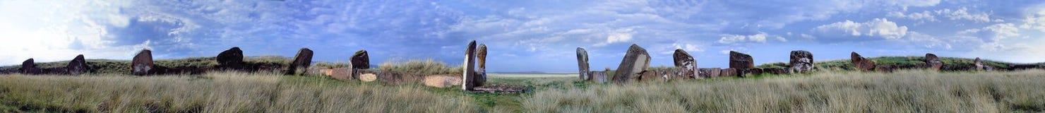 Oude begrafenis in Khakassia. Een steen op een kruiwagen. stock afbeeldingen
