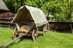 Oude behandelde wagen in de binnenplaats van een Roemeens dorp royalty-vrije stock foto's