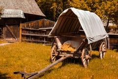 Oude behandelde wagen in de binnenplaats van een Roemeens dorp royalty-vrije stock fotografie