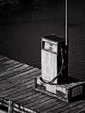 Oude Benzinepomp op een Bootdok in B&W Stock Foto's