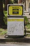 Oude benzinepomp in Sardinige Stock Afbeeldingen