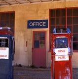 Oude benzinepompen stock afbeelding